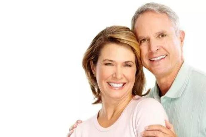 """结婚33周年叫做""""斑岩婚""""。斑岩是以斑状结构为特征的火成岩的总称,以结构特征对岩石的命名,是比较坚固的。用此来形容结婚33年的婚姻已经非常坚固牢靠,永不分离,象征着婚姻的稳定性。结婚33年夫妻,经历风风雨雨,一路走来是十分不容易的,即使生活中有再多的争吵与困难,也不会轻易的放弃彼此。"""