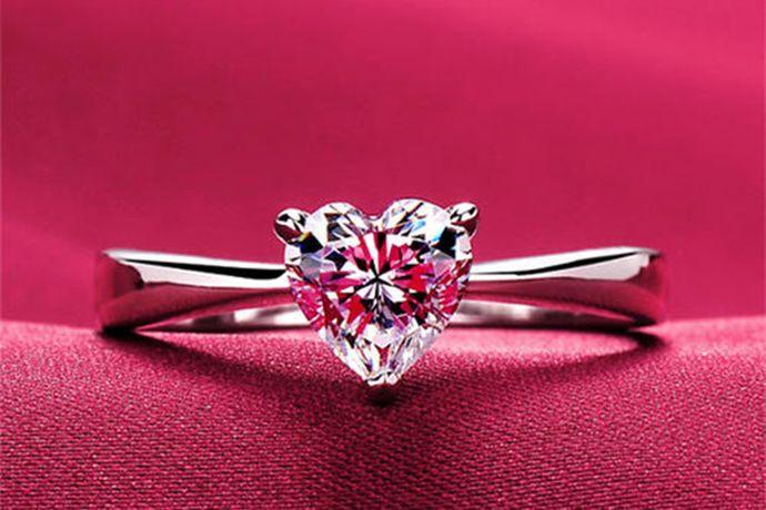 戒指6号指的是美国戒指尺寸标准中的6号,6号戒指对应的周长是52mm,直径是16.4mm,它相当于港式戒指尺寸的12号。