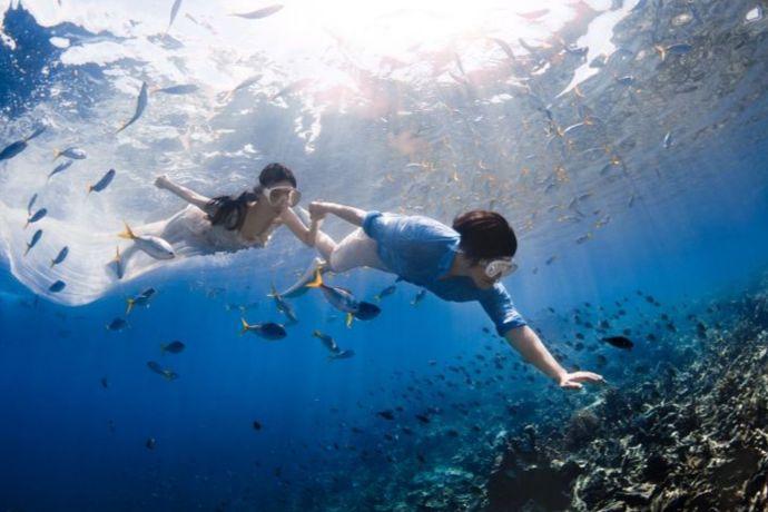 不会游泳也能拍水下婚纱照的,一般的影楼会在摄影棚内搭建一个玻璃水柜或者是找一个游泳池来进行拍摄。这种拍摄的方式不仅能够让新人的个性尽情释放还能够给人一种惊艳的感觉。