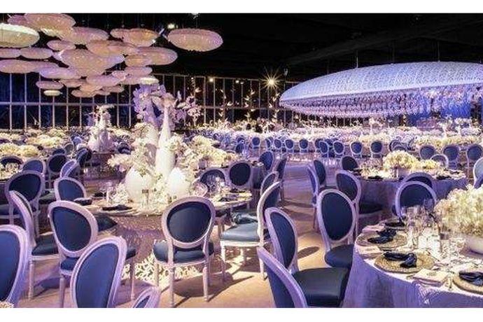 婚宴酒店现在是结婚的大头,一般新人都会提前一年去订好,然后才去安心的准备其他的东西,那么新人在选择酒店的时候会比较纠结是选择一站式婚礼会所还是就传统的酒店呢?
