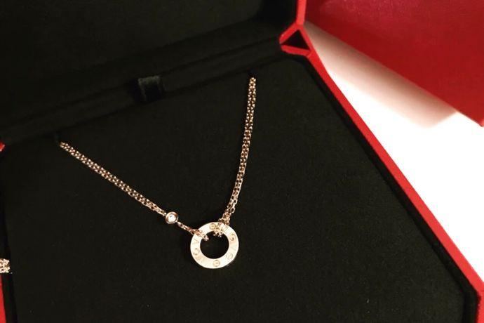 """大牌珠宝经常给人遥不可及的感觉,主要是因为这些珠宝采用了名贵的珠宝材质,本身的价值就非常高。卡地亚有着""""皇帝的珠宝商,珠宝商的皇帝""""之称,同时也是世界三大顶级珠宝品牌之一,有着众多的粉丝和超高的人气。卡地亚的戒指和项链是最受人们关注的珠宝产品,每一款都格外精致美丽,使人挑选起来眼花缭乱。今天婚芭莎小编就为大家介绍几款卡地亚经典款项链吧!"""