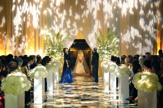 准备了好几个月的婚礼,都不希望在婚礼当天会有出错的地方!婚芭莎小编给大家梳理了一份婚礼当天的结婚流程以及需要准备的,希望能帮助大家了解大概!这份流程以「午宴」为例,若所在地区举行的是晚宴,流程上基本一样,只不过时间更充裕,富余的时间可以用来拍照或加入一些创意环节!