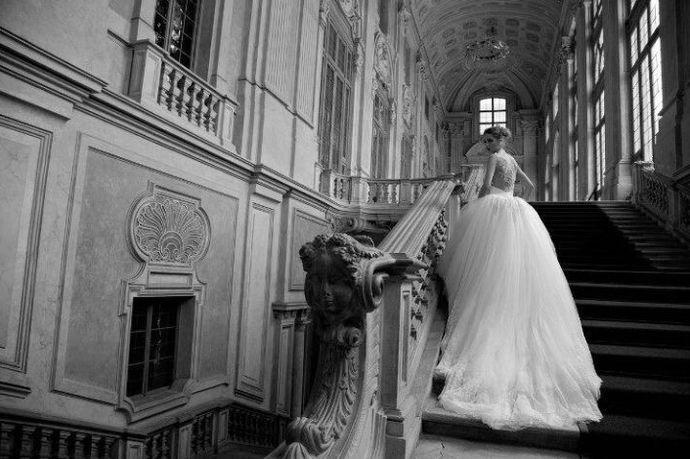 苏州的婚纱价格分为两种,一种是找婚纱礼服馆租赁的形式,价格在2000-6000元左右,如果是全套租赁,包含出门纱、主纱、敬酒服的话,价格会更高哦~另一种是直接购买,那根据婚纱品质和购买场所的不行,价格就相差甚远了!下面婚芭莎小编带大家看看如何在苏州买到性价比超高的婚纱吧!