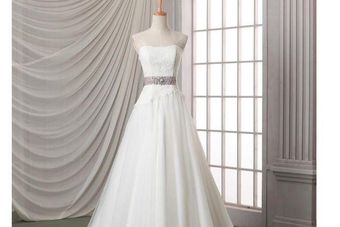 筹备婚礼的时候,有的新娘可能会不太清楚自己需要几套服装比较好。因为每个人的婚礼需求都不同,所以怎么选择服装就很重要了。一般来说,新娘要准备的婚礼上穿的服装套数,需要跟婚礼流程相匹配,所以要提前大概知道自己的婚礼是怎么样的一个流程。那结婚礼服要准备几套,你知道吗?