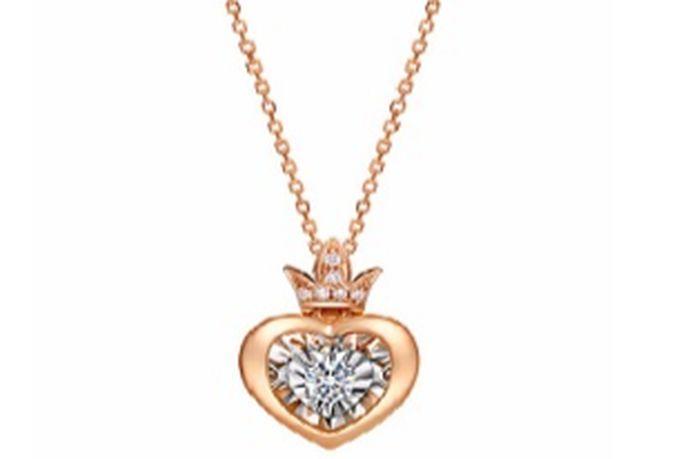 项链是很多人都喜欢的饰品,其材质像K金、铂金、纯银、黄金等都有。项链款式也很多,不仅能修饰颈部,看起来更长更细,还有画龙点睛之效!吊坠,搭配项链的饰品,具有不同形状,其材质也有多种,比如铂金、黄金、钻石等。吊坠的类型跟款式非常多,不同吊坠代表的寓意也不同。今天婚芭莎小编给大家整理了部分项链吊坠的寓意,可以收藏起来哦!
