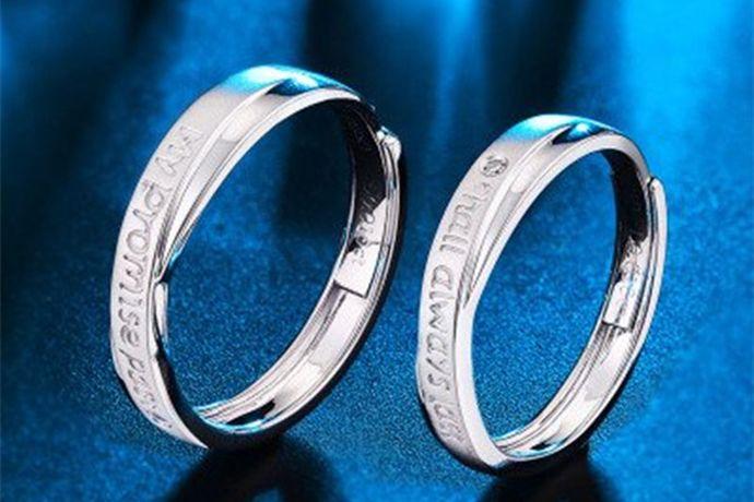 1、将戒指拿到珠宝店让专业人员修改尺寸。2、用一根和戒指颜色相近的细线,在戒指靠近手心内侧的部分缠绕几圈,填充手指和戒指间空隙。3、在戒圈内部贴上和戒指材质相同的金属片,让戒圈号变小。