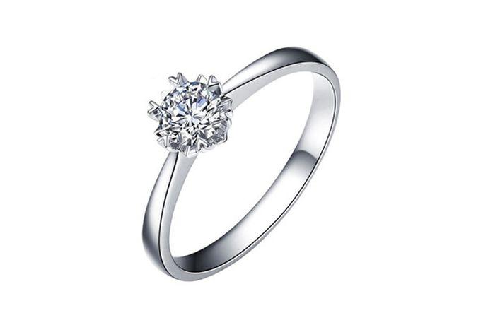 """925是银。925银是指含银量92.5%左右的银质品,也叫国际标准银,其标记常采用""""925'',或""""S925""""。而白金是铂金的俗称,简称pt,是一种天然形成的白色贵金属,市场上常见的白金首饰为pt950、pt990等。"""