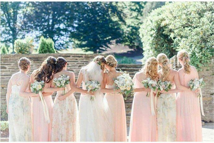 1、妆容要以淡妆为主,不要浓妆艳抹。2、衣着不要太暴露,礼服颜色不要选白色、黑色或红色。3、提前熟悉婚礼流程,提前做好安排。4、胆大心细,注意保管好新娘物品。