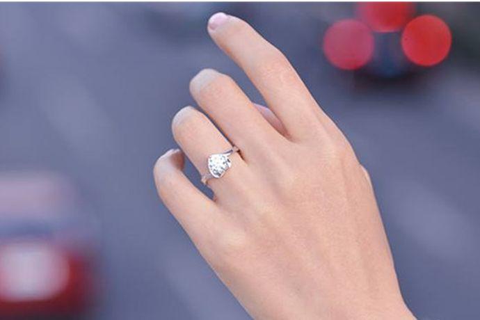 拇指戴戒指是权利和地位的象征,也是自信的表现。食指戴戒指表示是单身状态,但是想要早日找到人生的另一半。中指戴戒指表示此人已经订婚或正处在热恋当中。无名指戴戒指表示此人已经结婚了。小指戴戒指表示此人是单身主义者或不婚族。
