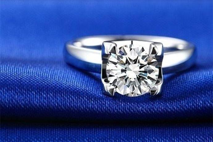 1、在购买钻戒时,在钻戒所附带的标签上会写有钻戒分数。2、在钻戒附带的专业鉴定证书上会有关于分数的介绍,如在GIA证书第二栏CaratWeight后方数字即分数大小。3、也可以直接通过戒指内壁查看戒指分数。