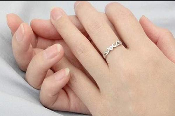 男朋友送的戒指应该戴哪个手指