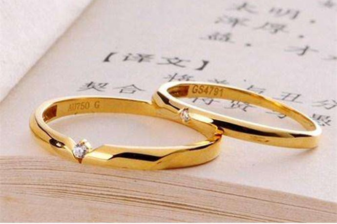 au750俗称18K金,是由75%黄金和25%其它金属混合而成的合金,颜色呈黄色、白色、玫瑰色等多种颜色。而铂金是一种天然形成的白色贵金属,符号为pt,颜色纯白。因此铂金和au750是完全不同的金属, 也不存在铂金au750的说法。