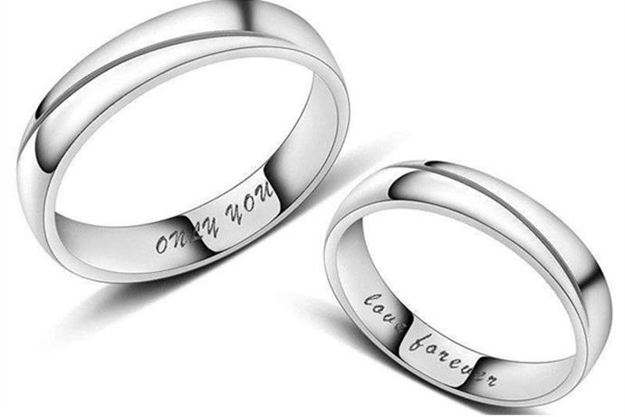 情侣戒指通常戴在左手或者右手的中指上。中指直接与表示婚姻的无名指相邻,将戒指戴在中指上,表示距离婚姻仅有一步之遥,是订婚或者正处在热恋中的意思。
