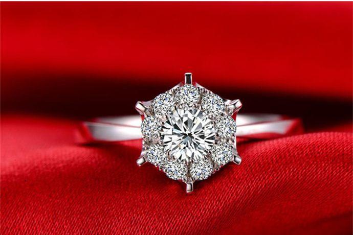 钻石主要根据4C标准即颜色、切工、净度和重量来划分等级。钻石颜色从无色透明到黄色分为D到Z等23个等级。钻石净度可以分为从FL(无暇级)到I(内含级)等11个等级。钻石切工可以分为从EX到P等5个等级。在其他3C同等情况下,钻石重量越大,则等级越高。