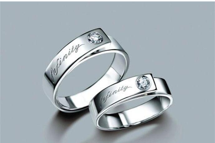 """婚戒左手和右手皆可佩戴,主要根据佩戴者的习惯和喜好决定。多数人婚戒喜欢戴在左手无名指上,一方面源于""""左手是幸运之手""""的说法,另一方面佩带在左手上不仅方便做事,也可以避免戒指磨损。"""