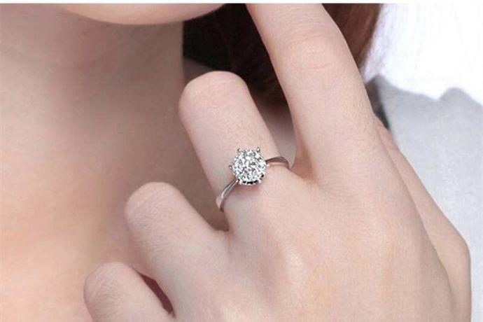 戒指16号是香港戒指尺寸标准中的号数,在港码中,16号戒指对应的周长是57mm,直径是18.2mm。对应的美版戒指尺寸是8号戒指。