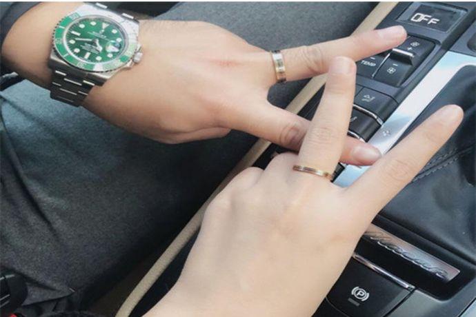 根据国际戒指通用戴法,如果是情侣对戒,则可以戴在男女二人的中指上。如果是结婚对戒,则可以戴在男女二人的无名指上。