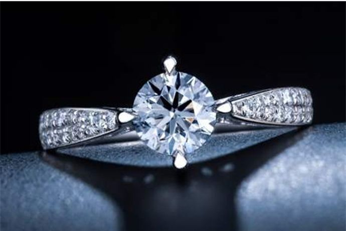 钻石主要看钻石的4C标准,即切工、颜色、净度和重量,这四个维度是衡量钻石品质的重要因素。通常来说颜色透明,色泽优白,纯净无暇,切工好,重量大的钻石比较好。
