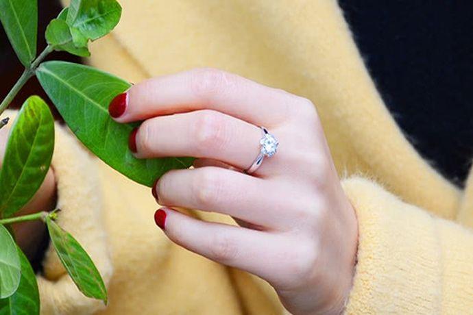 钻戒戴在女生哪个手上没有具体的规定,根据女生的喜好而定。多数情况下,如果作为求婚戒指,则戴在女生的左手或右手中指上;钻戒如果作为结婚戒指,则戴在女生左手或右手的无名指上。
