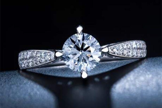 3克拉钻石重0.6克,其大小由于镶嵌方式、款式和形状的不同,看起来也不一样。以3克拉标准圆形钻石为例,它的直径是9.4mm,高度是5.6mm。