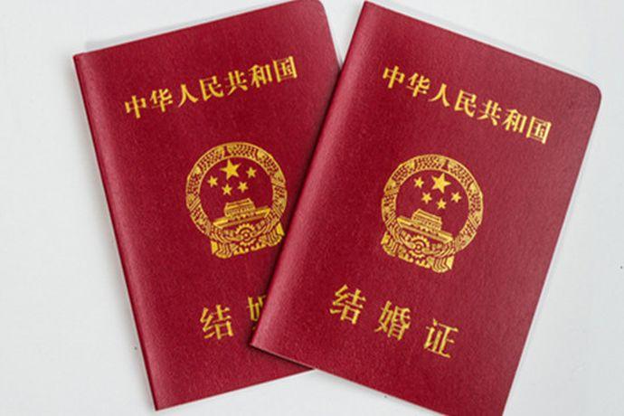 上海领结婚证需要带本人的户口簿、身份证、本人无配偶以及与对方当事人没有直系血亲和三代以内旁系血亲关系的签字声明。还有三张两寸双方近期半身免冠合影照片,也可以在民政局的现场进行拍摄。
