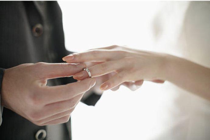 订婚和结婚是否都要买戒指需要根据男方的经济状况和女方的想法来决定。一般来说,订婚戒指与结婚戒指尽量分开买比较好,因为二者在款式、戴法、意义上都存在着区别。当然如果男方经济预算有限,也可以只买结婚戒指。