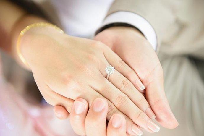 订婚戒指和结婚戒指不一样,不是同一个。订婚戒指是男女双方在谈婚论嫁的时候,男方为了表达自己求取的诚意,送给女方的一枚戒指,戴在女方的中指上。而结婚戒指是婚礼上男女交换的信物,象征男女间的婚姻关系。结婚戒指多是一对款式简单的戒指,一般戴在男女双方的无名指上。