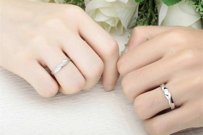 结婚戒指通常是新人在婚礼上互相为对方戴上的一对对戒,通常戴在二人的无名指上,寓意着婚后二人心心相印,永不分离。