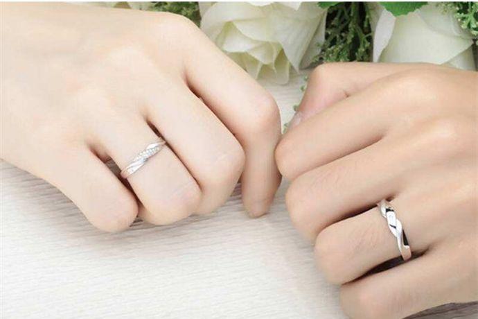 1、将戒指放在专业的手寸圈上,就可以得到戒指号数,对应戒指尺寸对照表得出戒指尺寸。2、用笔沿戒指内圈画一个圈,测量圆圈的直径,就可得出戒指直径尺寸。