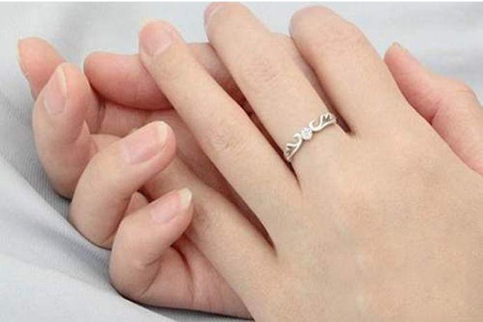 如果正在热恋中的情侣可以将戒指戴在中指上。中指与无名指相邻,无名指是佩戴婚戒的手指,因此在中指上佩戴戒指表示已经订婚或者当前正处在热恋中,距离婚姻仅有一步之遥。