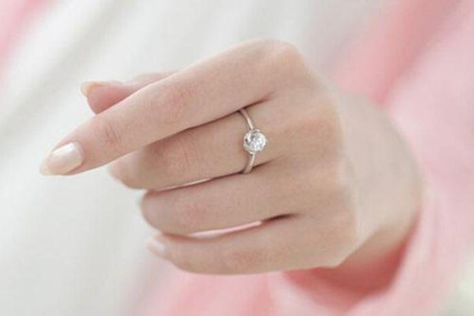 订婚戒指通常戴在左手中指上。在西方文化里,左手是好运的象征,而中指与代表婚姻的无名指相邻,将戒指戴在中指上寓意自己距离婚姻仅一步之遥,就是已经订婚的意思。