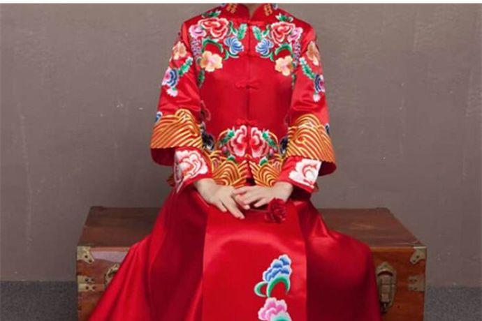 婚纱是西式婚礼常用的礼服,结婚除了穿西式婚纱,还可以穿龙凤褂、秀禾服、旗袍等中式礼服。
