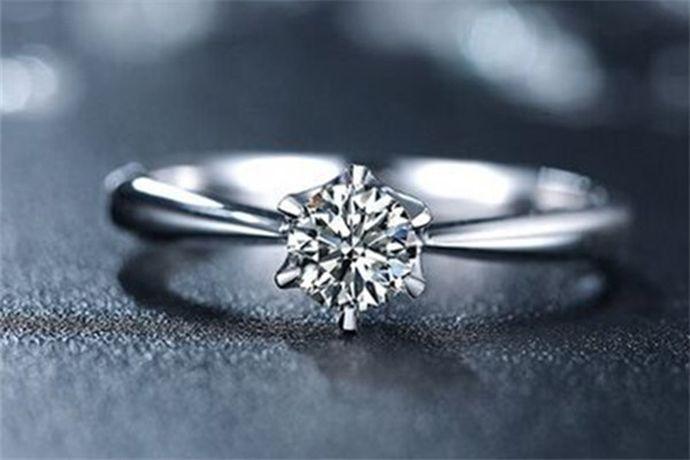 1克拉钻石为0.2克,由于切割工艺和镶嵌方式不同,很多1克拉钻石看起来大小也不一样。以1克拉标准圆形钻石为例,它的直径是6.5mm,相当于一根普通中华铅笔的横截面大小。