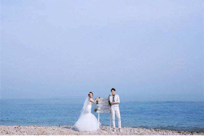 旅拍婚纱照就是旅游+拍婚纱照的一种打破固有婚纱照拍摄方式的新型婚纱摄影方式,在旅拍中,新人们不仅可以记录下每一份值得珍藏的美好,还可以欣赏到异域优美风景。
