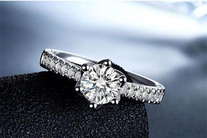 1、对着钻石哈一口气,若钻石表面上的水汽很快散去,即为真钻。2、在白纸上画一条线,如透过钻石看不到线条,即为真钻。3、在钻石上滴一滴水,若水滴长时间不散去,即为真钻。