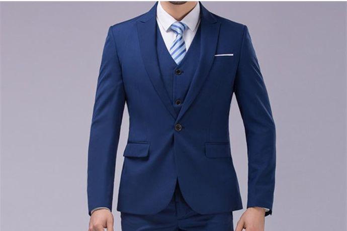 新郎需要根据新娘的婚纱和自己的喜好来选择自己的西服颜色。最常见的新郎西装颜色有黑色,白色,灰色、暗红色、藏蓝色等颜色。