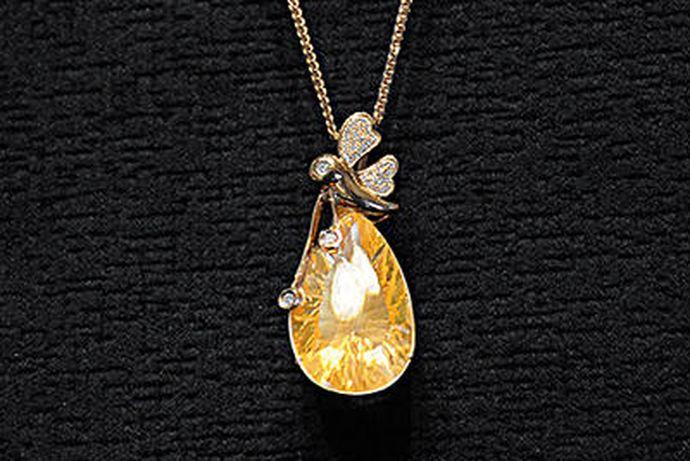 """香港珠宝四大品牌分别是:周大福、周生生、六福、谢瑞麟。随着社会和经济的发展,除了天然宝石和人工宝石外,珠宝的概念应该扩大包含到金、银、首饰等。经营这些物品的行业统称为""""珠宝行业""""。"""