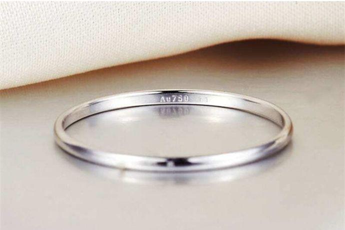 白色K金戒指是在黄金中加入其它金属混合制成的戒指,真的白色K金戒指工艺精制,光泽闪亮,而假的K金戒指光泽不良,质地粗糙。另外可以通过观察K金戒指的印记为G18K、18K或G750辨别白色K金戒指的真假。