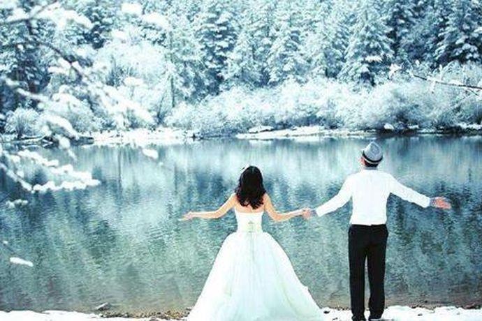 冬天如果拍摄外景婚纱照,就要选择保暖款式的。冬季结婚可以穿的婚纱款式有:立领复古刺绣婚纱、披肩婚纱、一字披肩婚纱、宫廷风蕾丝婚纱、短款皮草外套+婚纱、立领婚纱等等。