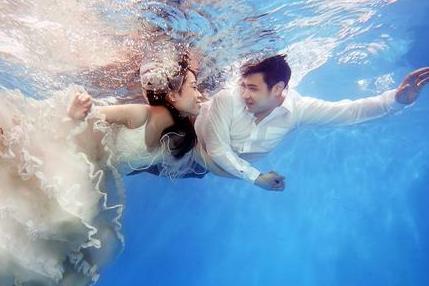 不会游泳怎么拍水下婚纱照