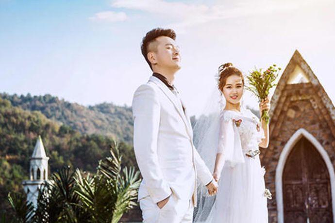 结婚不拍婚纱照是可以的,拍婚纱照完全是取决于新人自己的决定。婚纱照是两个人一生之中比较重要的纪念,把爱情最美的样子记录下来,当两个人白发苍苍时再看到这些照片,那会是很浪漫的,因此建议还是拍婚纱照比较好。