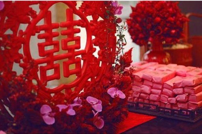 婚房布通常是在婚礼的前一天到两天布置,一般需要喜庆的床上用品、婚纱照、喜字、气球、拉花、毛绒玩具、各种花束花瓣等用品。