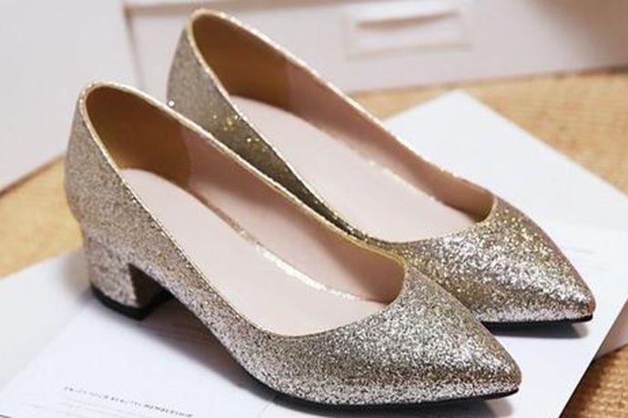 伴娘可以穿好看百搭、舒适不累脚的平底单鞋,如:Pazzion 方扣尖头平底鞋。高跟鞋可以穿Charles&Keith家的,例如他家的蕾丝鞋。或者高跟73小时家的鞋子也是可以的,他家的鞋子号称历经73个小时纯手工制作,舒服到让你穿上就能跑,百搭而不失时尚。