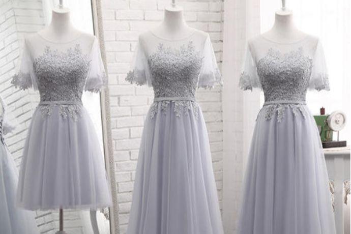 伴娘礼服的选择要根据新娘的服饰来搭配,长款或者短款不限,颜色以清淡为主。应选择款式简洁的,以免喧宾夺主。伴娘的裙子不要太短,以免户外活动时走光,与场合不符。
