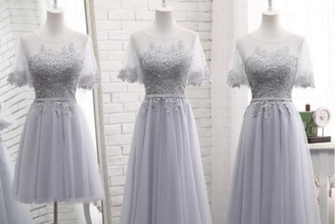 伴娘礼服的选择要根据新娘的服饰来搭配,长款或者短款不限,颜色清淡为主。可以穿小礼服或者是普通的裙子,如果新娘举办的是中式婚礼,那么伴娘就可以穿旗袍来搭配。