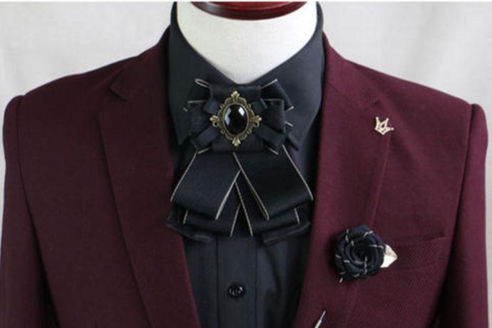 伴郎可以带灰色、黑色、白色、浅粉色的领结,搭配原则是不能比新郎的鲜艳,要与婚礼风格相协调,与伴娘服相协调。例如新郎是酒红色的领结,那么伴郎就可以搭配浅粉色的领结,刚好不会抢新郎的风头。