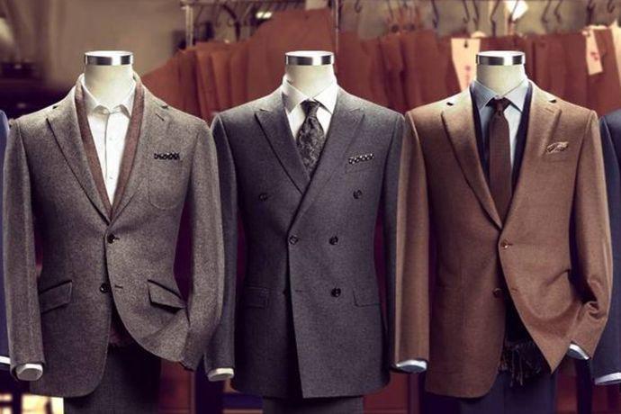 如果新人举办的是较为正式的婚礼,伴郎可以穿正式的西装,里面配一件白衬衫。若是婚礼不过于正式与严肃,则建议穿着休闲西装。这个要根据新人婚礼现场风格来决定。