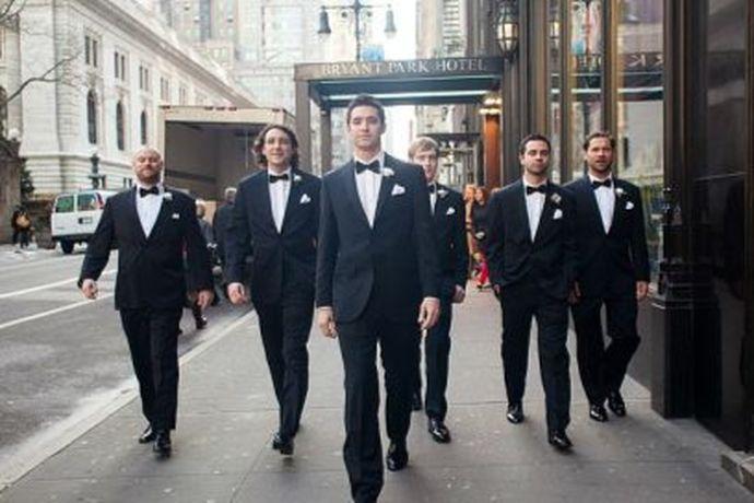 伴郎不必须穿西装的,穿白衬衫搭配领结也是可以的,具体要根据新人婚礼现场风格来决定。如果新人举办的是较为正式的婚礼,伴郎可以穿正式的西装,里面配一件白衬衫。若是婚礼不过于正式与严肃,例如是草坪婚礼,则可以穿着衬衫搭配马甲。