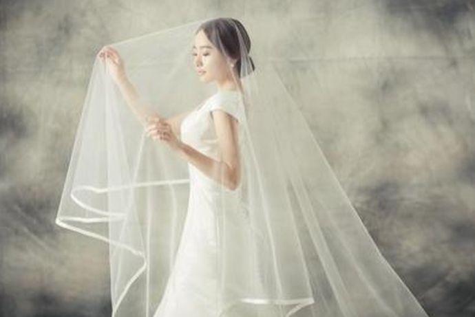 拍婚纱照可以选择婚纱,一般来说会选择两套,室内一套,室外一套。还可以选择礼服,颜色比婚纱多一些。还可以选择情侣装,自然且浪漫。还有中式嫁衣,大气的龙凤褂、小家碧玉的秀禾服、奢华的凤冠霞帔都是不错的选择。