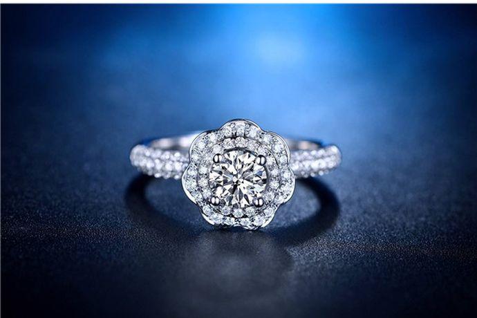 5克拉钻戒的钻石为1克,其大小由于镶嵌方式、款式和形状的不同,看起来也不一样。以5克拉标准圆形钻石为例,它的腰围直径是11.1mm,相当于苹果手机的Home键大小。